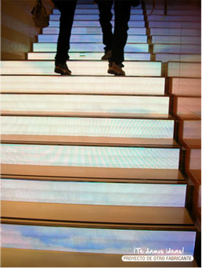 Escaleras de leds emitiendo video en interior.