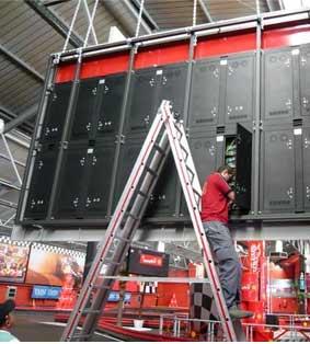 Instalación de pantallas gigantes en el karting Carlos Sainz Center de Madrid